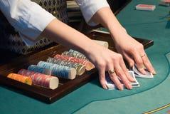 Croupier que baralha cartões na tabela do póquer Foto de Stock Royalty Free