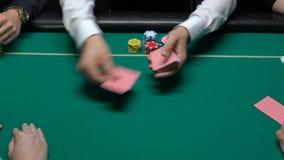 Croupier som hasar och räcker professionellt över kort till spelare, stor poker arkivfilmer