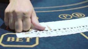 Croupier som sätter spela kort i rad i kasino leka poker f?r kasino stock video