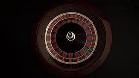 Croupier spinnt, die Roulette dann stoppt Schwarzes stock footage