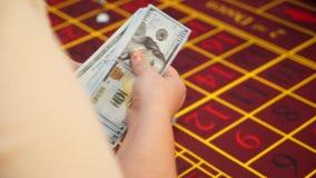 Croupier tellend geld in casino stock video