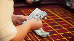 Croupier tellend geld in casino stock footage