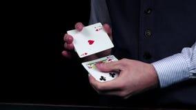 Croupier, welches die Karten, Shows eine, grüne Tabelle, Zeitlupe schlurft stock footage