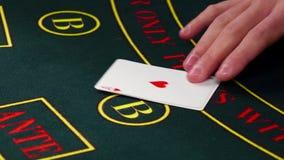 Croupierabkommen kardiert, zeigt zwei auf grüner Tabelle am Kasino stock video