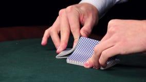 Croupierschlurfen kardiert und zeigt ein auf Tabelle am Kasino stock video footage