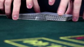Croupierschlurfen kardiert, zeigt ein auf grüner Tabelle, Zeitlupe stock footage