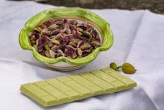 ?crous doux, sensibles, parfum?s, pistaches de Bronte avec la couleur verte brillante et chocolat fait main de pistache image libre de droits