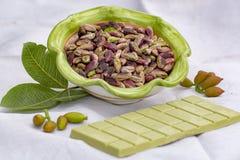 ?crous doux, sensibles, parfum?s, pistaches de Bronte avec la couleur verte brillante et chocolat fait main de pistache image stock