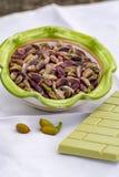 ?crous doux, sensibles, parfum?s, pistaches de Bronte avec la couleur verte brillante et chocolat fait main de pistache photo stock