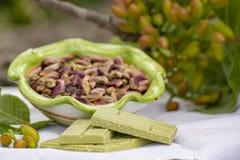 ?crous doux, sensibles, parfum?s, pistaches de Bronte avec la couleur verte brillante et chocolat fait main de pistache photo libre de droits