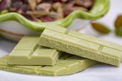 ?crous doux, sensibles, parfum?s, pistaches de Bronte avec la couleur verte brillante et chocolat fait main de pistache photos stock