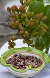 ?crous doux, sensibles, parfum?s, pistaches de Bronte avec la couleur verte brillante et chocolat fait main de pistache images stock