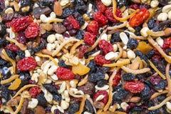 Écrous secs mélangés comme fond dans le bazar d'épice Photo libre de droits