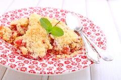 Croustillant avec des fraises dans le plat blanc Photos stock