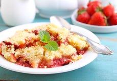 Croustillant avec des fraises dans le plat blanc Photographie stock libre de droits