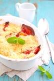 Croustillant avec des fraises dans le plat blanc Image stock