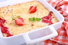 Croustillant avec des fraises dans le plat blanc Photos libres de droits