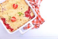 Croustillant avec des fraises dans le plat blanc Image libre de droits