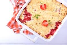 Croustillant avec des fraises dans le plat blanc Images stock