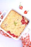 Croustillant avec des fraises dans le plat blanc Photographie stock