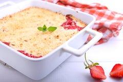 Croustillant avec des fraises dans le plat blanc Photo stock