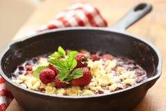 Croustillant de baie avec la fraise et la framboise Photographie stock libre de droits