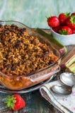 Croustillant de rhubarbe et de fraise Images stock