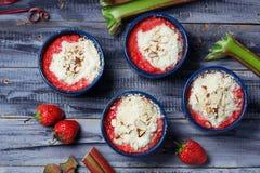 Croustillant fait maison avec la fraise et la rhubarbe Photos libres de droits