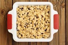 Croustillant fait maison cru d'avoine de cerise dans le plat blanc carré de cuisson sur W Photos stock