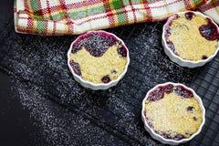 Croustillant fait maison de baie du mélange trois en ramekin blanc Concept sain de nourriture photographie stock libre de droits
