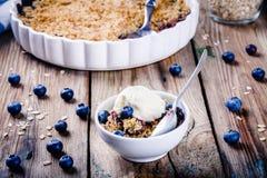 Croustillant fait maison de myrtille de farine d'avoine avec la crème glacée  photo stock