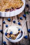 Croustillant fait maison de myrtille de farine d'avoine avec la crème glacée  photos stock