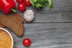 croutons dof φλυτζανιών φρέσκα χορτάρια gazpacho ρηχά Εμφανισμένος από ανωτέρω Στοκ φωτογραφίες με δικαίωμα ελεύθερης χρήσης