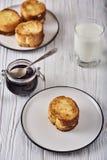 Croutons mit Hüttenkäse Stockfotos