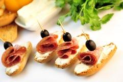 Croutons z pokrojonym ââsalami serem, oliwkami i Zdjęcie Stock