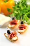 Croutons z pokrojonym ââsalami serem, oliwkami i zdjęcie royalty free