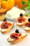 Croutons z pokrojonym ââsalami serem, oliwkami i Obraz Stock