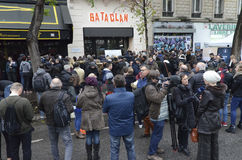 Crowd in front of the Bataclan paying tribute to the victims of the terrorist attacks Royalty Free Stock Photography