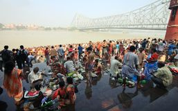Crowd of Hindu pilgrims assemble at bank of river and pray for late ancestors Stock Photos