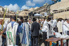 Crowd of Jewish worshipers in white wearing Stock Photo