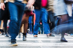 Crowd of people crossing a city street Royalty Free Stock Photos