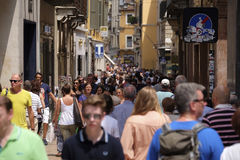 CROWD OF TOURISTS ON A STREETS OF VERONA Royalty Free Stock Photos