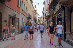 CROWD OF TOURISTS ON A STREETS OF VERONA Royalty Free Stock Images