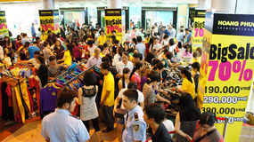 Crowded shoping centre, sale off season Stock Photography