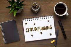 Crowdfunding begreppsteckning med den röda pennan i notepad royaltyfria foton