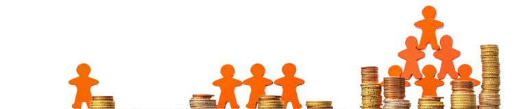 Crowdfunding comme manière de financer des idées d'affaires présentées avec des pièces de monnaie et des figures en bois devant u photo stock