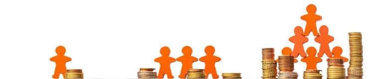 Crowdfunding como uma maneira de financiar as ideias do negócio apresentadas com moedas e figuras de madeira na frente de um fund foto de stock