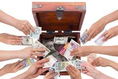 Crowdfunding för valutabegrepp som isoleras på vit Royaltyfria Bilder