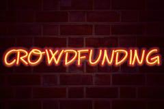 Crowdfunding neontecken på bakgrund för tegelstenvägg Fluorescerande tecken för neonrör på murverkaffärsidéen för affären som Fun arkivfoton
