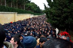 Crowds of cadets and mourners at monument in Baku Stock Photography